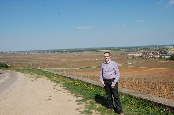 Bloger de vin batut de soare. In fundal LA Romanee, La Romanee Conti, Romanee Saint Vivanta (cea de langa sat) si Richebourg in fundal
