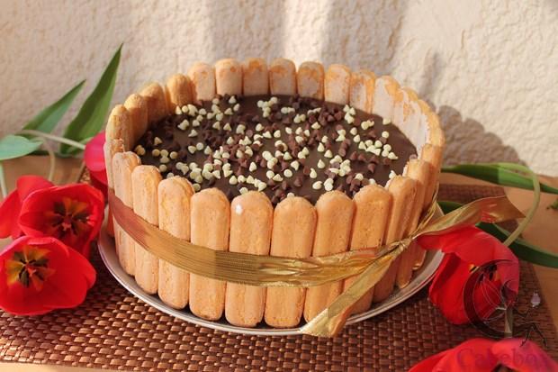 Credit @www.cakebox.ro Aia din mijloc e ciocolata, da?
